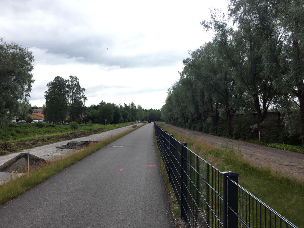 Ravitien ajorata, jalankulun ja pyöräilyn väylä ja hevosten lämmittelyrata (vasemmalta oikealle).