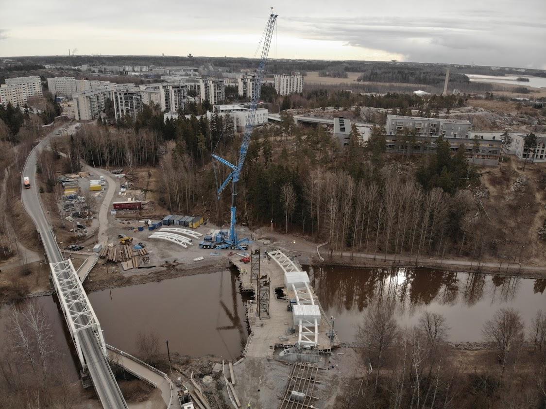 Kuva Vantaanjoen ylittävän Tulvaniitynsillan kaarien asennustyöstä.