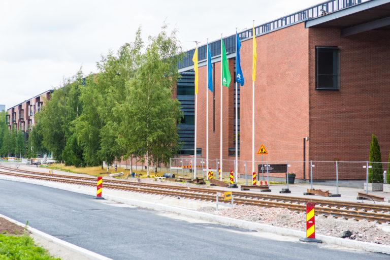 Raiteet Aalto-yliopiston ympäristössä.
