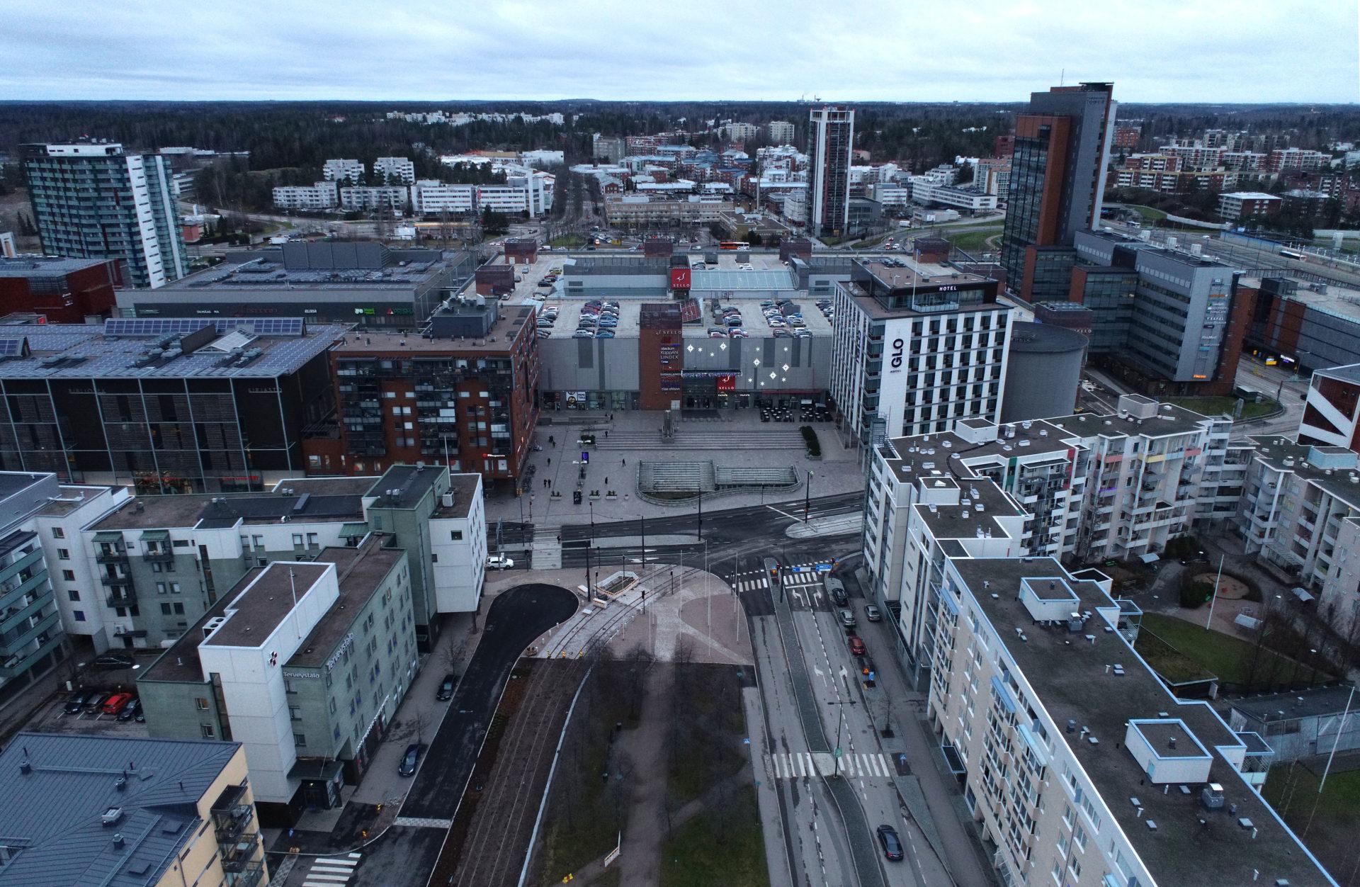 Leppävaaranaukio ja Alberganpromenadi kuvattuna ilmasta kauppakeskus Sellon suuntaan lokakuussa 2020.