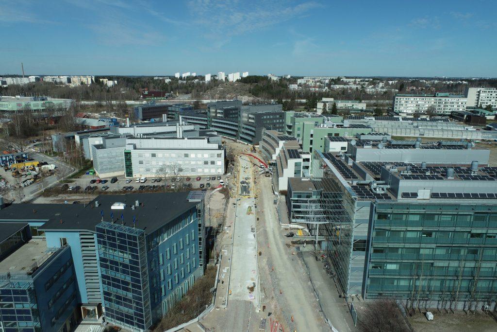 Ilmakuva Viikinkaarelta Helsingistä. Rakennuksia ja työkoneita ilmasta käsin.