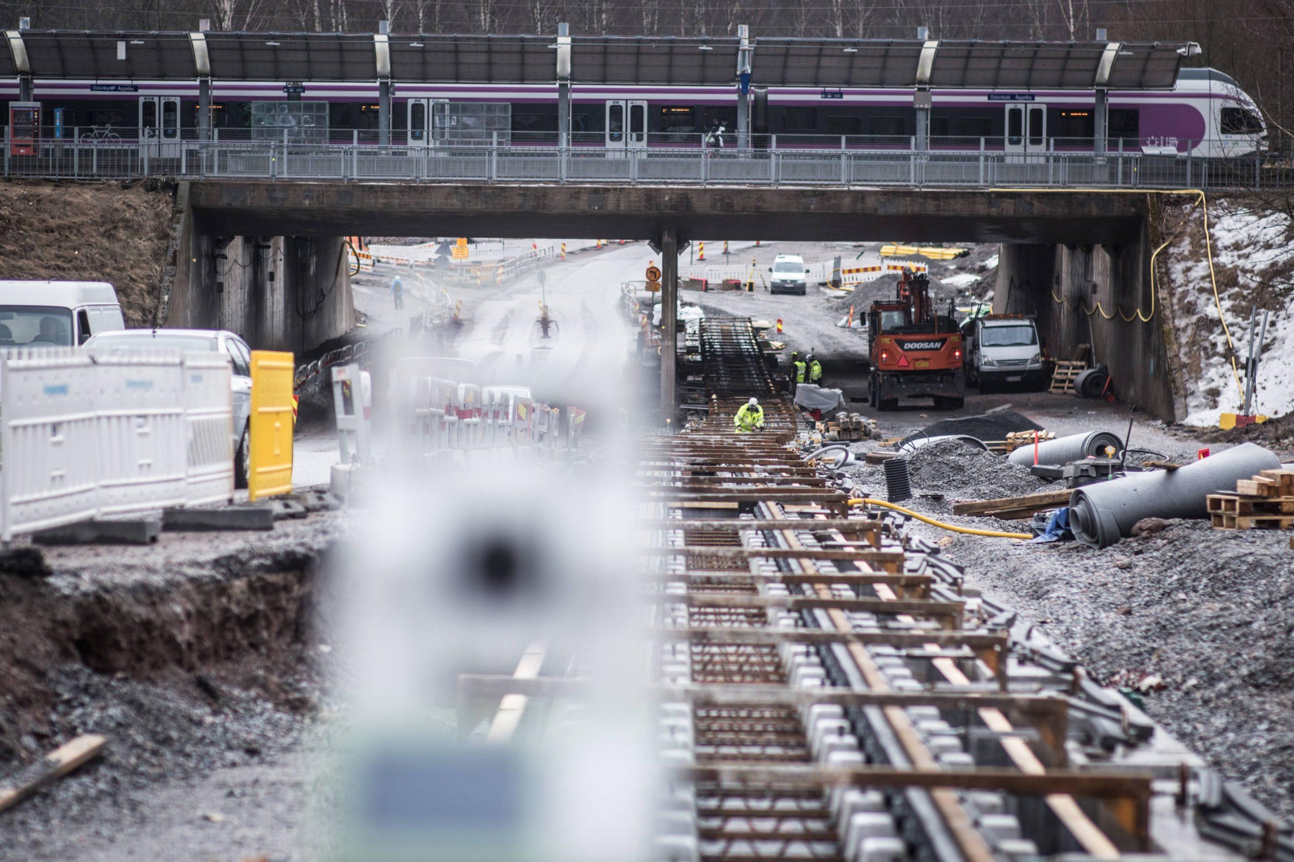 Oulunkyläntiellä rakennetaan kiskoja Oulunkylän aseman junaradan ali.